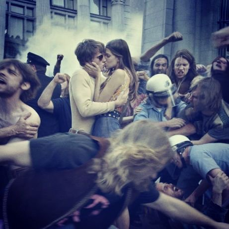 couple_kissing_1971_hoax